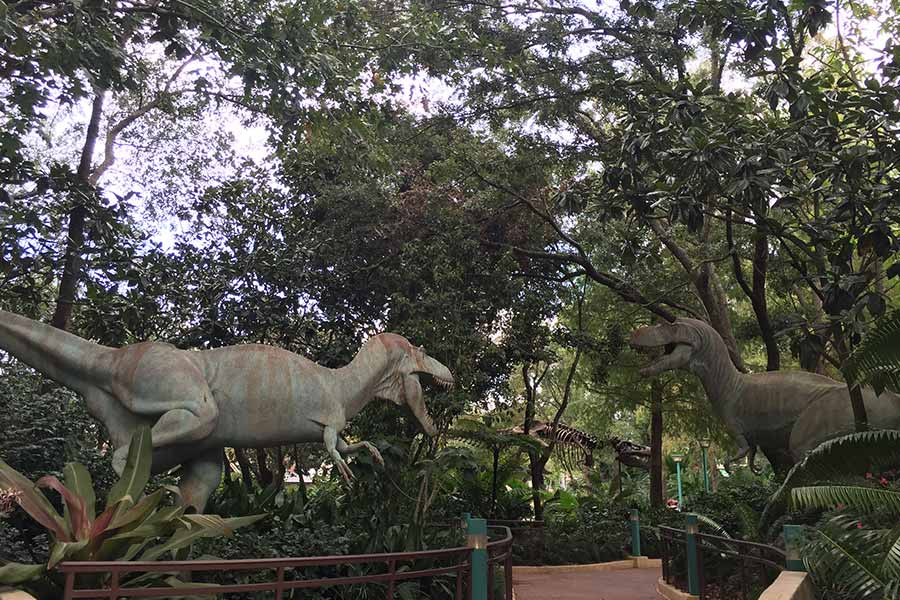 dinosaur-statues-in-the-park