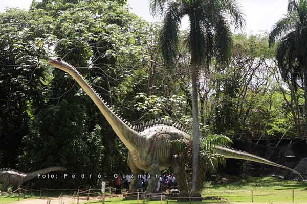 dinosaur-in-park