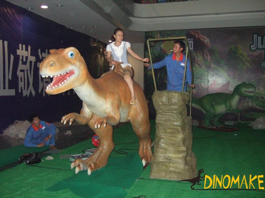 Walking with animatronic dinosaur rides of children