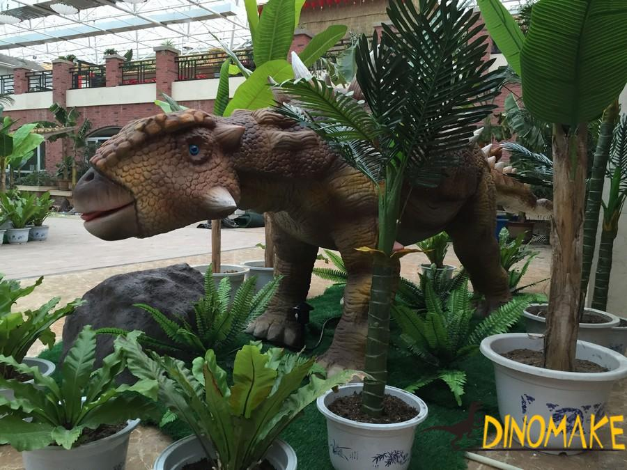 Animatronic of dinosaurs activity process to set up a big battle